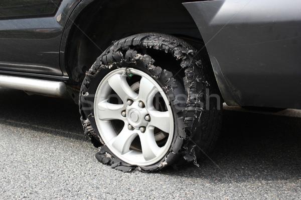 2327157_ciężarówka-opon-wybuchu-prędkości-samochodu-czarny